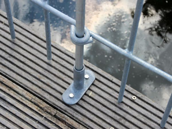 Terrassenaufschraubplatte Graz in Eisen feuerverzinkt auf einem Teichsteg